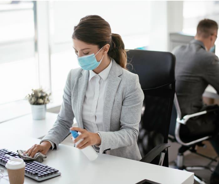 Mujer en sala de ventas incluyendo medidas covid en lugar de trabajo