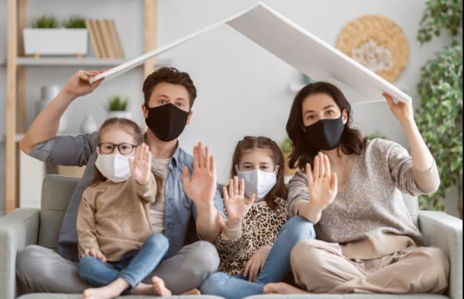 Familia protegiéndose con medidas de bioseguridad en casa