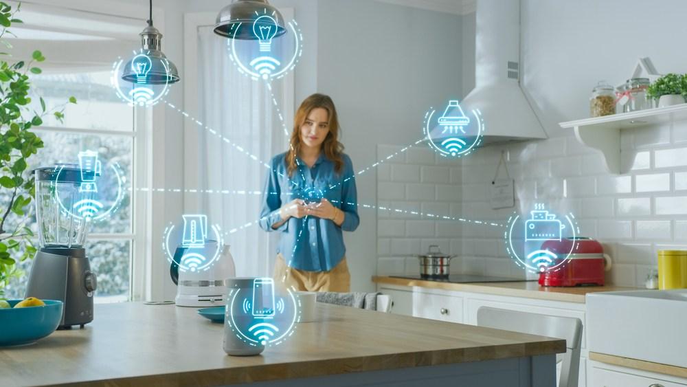 Mujer conectando los electrodomésticos de su hogar al internet de las cosas