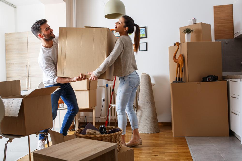 Jóvenes mudándose a su nueva casa adquirida con subsidio de vivienda