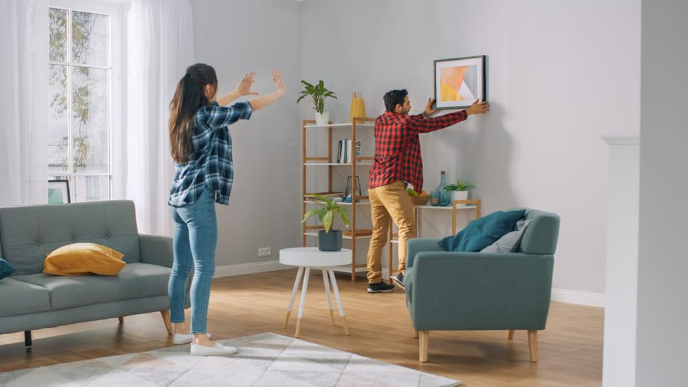 Familia decorando vivienda de interés social