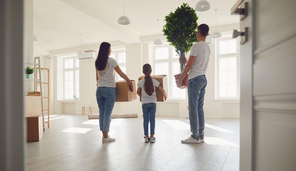Familia mudándose a un proyecto de vivienda con entrega inmediata