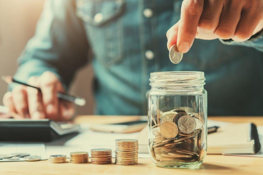 Persona contando su ahorro para pagar servicios de la casa
